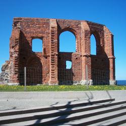 Ruiny kościoła , który powstał w 1250 roku na środku wsi...